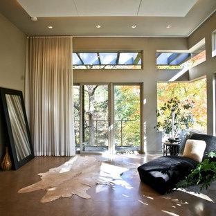 На фото: класса люкс большие хозяйские спальни в современном стиле с бежевыми стенами, бетонным полом, стандартным камином, фасадом камина из кирпича и коричневым полом