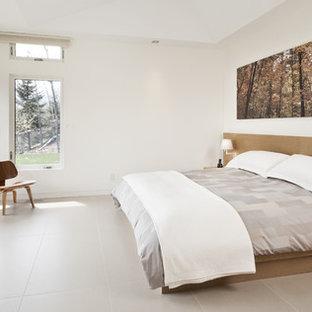 Foto de dormitorio principal, actual, grande, sin chimenea, con paredes blancas, suelo de baldosas de porcelana y suelo beige