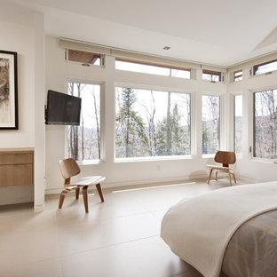 Großes Modernes Hauptschlafzimmer ohne Kamin mit weißer Wandfarbe, Keramikboden und beigem Boden in Ottawa