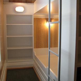 Idéer för ett maritimt sovrum, med blå väggar och korkgolv
