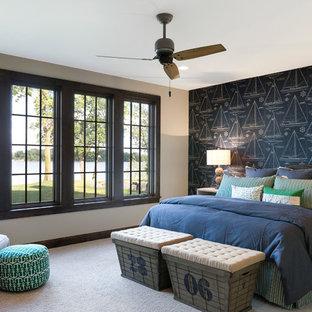 Inspiration för stora maritima gästrum, med blå väggar, heltäckningsmatta och grått golv