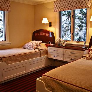 Ejemplo de habitación de invitados clásica, de tamaño medio, sin chimenea, con paredes beige, moqueta y suelo rojo