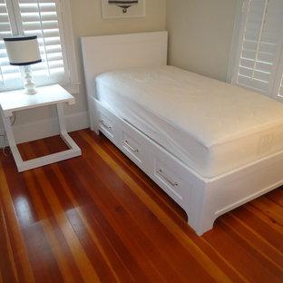 Immagine di una piccola camera degli ospiti costiera con pareti bianche, parquet scuro e pavimento multicolore
