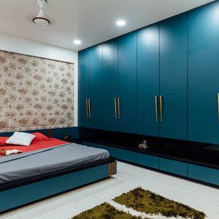 Idéer för att renovera ett orientaliskt huvudsovrum, med vita väggar och beiget golv