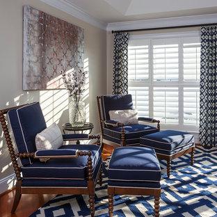 Diseño de dormitorio clásico con paredes blancas y suelo de madera en tonos medios