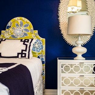 Стильный дизайн: маленькая гостевая спальня в морском стиле с синими стенами, ковровым покрытием и бежевым полом - последний тренд