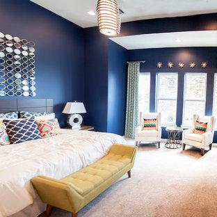 Immagine di una camera matrimoniale moderna di medie dimensioni con pareti blu e moquette