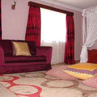 Diseño de dormitorio principal, clásico, con paredes púrpuras y suelo de baldosas de cerámica