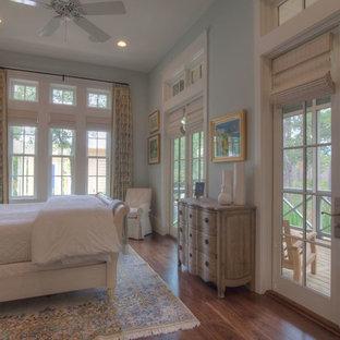 Diseño de habitación de invitados costera, de tamaño medio, sin chimenea, con paredes azules y suelo de madera en tonos medios