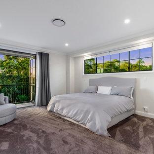 Foto de dormitorio principal, clásico, grande, con paredes blancas, moqueta y suelo rojo