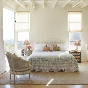 Inspiration för stora shabby chic-inspirerade huvudsovrum, med beige väggar, ljust trägolv och brunt golv