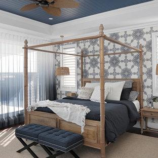 サンシャインコーストの広いビーチスタイルのおしゃれな主寝室 (マルチカラーの壁、濃色無垢フローリング、茶色い床、格子天井、壁紙)