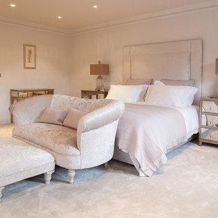 Foto de dormitorio principal, clásico renovado, con paredes beige y moqueta