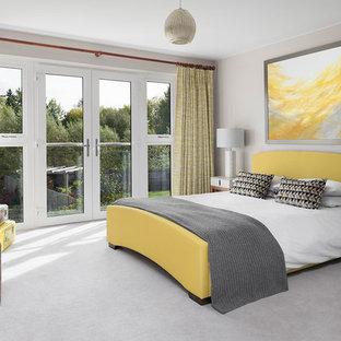 Diseño de habitación de invitados actual, grande, con paredes grises, moqueta y suelo amarillo
