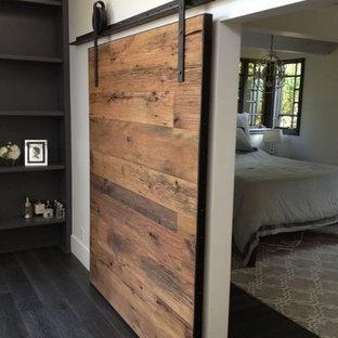 Foto de dormitorio tipo loft, tradicional, pequeño, con paredes marrones, suelo de madera oscura y suelo marrón