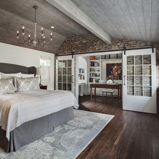 Ispirazione per una camera matrimoniale tradizionale di medie dimensioni con parquet scuro, pavimento marrone, pareti bianche e angolo studio