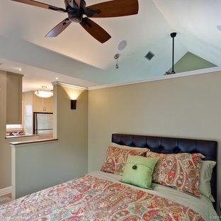 На фото: маленькие спальни на антресоли в стиле кантри с серыми стенами, полом из керамогранита и разноцветным полом