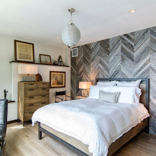 Неиссякаемый источник вдохновения для домашнего уюта: маленькая спальня в стиле рустика с паркетным полом среднего тона