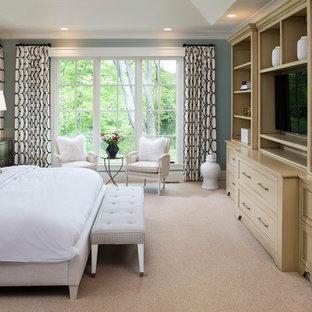 Inspiration för mellanstora klassiska huvudsovrum, med blå väggar, heltäckningsmatta och beiget golv