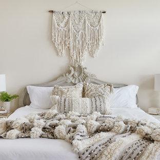 Ispirazione per una camera da letto shabby-chic style con pareti beige