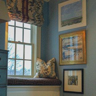 Стильный дизайн: хозяйская спальня среднего размера в викторианском стиле с синими стенами, ковровым покрытием и разноцветным полом без камина - последний тренд