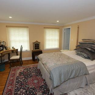 フィラデルフィアのコンテンポラリースタイルのおしゃれな寝室 (黄色い壁、無垢フローリング、茶色い床) のレイアウト