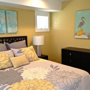 Ejemplo de habitación de invitados contemporánea, de tamaño medio, con paredes amarillas y suelo vinílico
