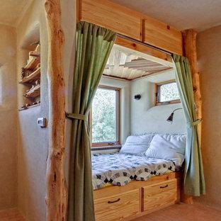 Modelo de dormitorio principal, de estilo americano, pequeño, con paredes marrones, suelo de ladrillo y suelo rojo