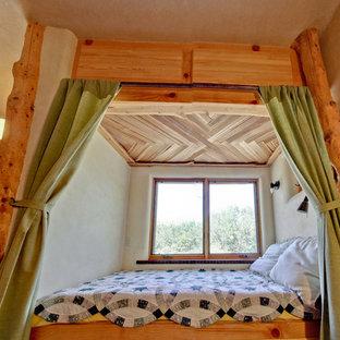 Esempio di una piccola camera matrimoniale stile americano con pareti marroni, pavimento in mattoni e pavimento rosso