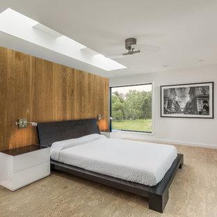 Idéer för mellanstora funkis huvudsovrum, med vita väggar, korkgolv och beiget golv
