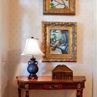 Imagen de dormitorio principal, tradicional, grande, con paredes blancas, moqueta, chimenea tradicional, marco de chimenea de baldosas y/o azulejos y suelo blanco