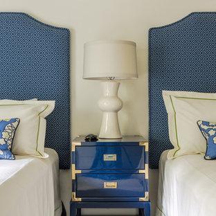 Неиссякаемый источник вдохновения для домашнего уюта: гостевая спальня среднего размера в стиле современная классика с белыми стенами, ковровым покрытием и белым полом без камина