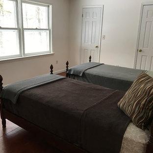 Идея дизайна: гостевая спальня среднего размера в классическом стиле с белыми стенами и полом из фанеры без камина