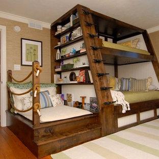 Idée de décoration pour une grand chambre d'amis craftsman avec un mur beige, un sol en bois brun et aucune cheminée.