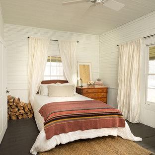 Foto di una piccola camera da letto country con pareti bianche, pavimento in legno verniciato e pavimento nero