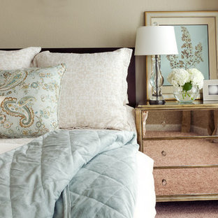 Inspiration pour une petit chambre traditionnelle avec un mur beige.