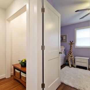 Стильный дизайн: гостевая спальня среднего размера в стиле современная классика с фиолетовыми стенами и полом из бамбука без камина - последний тренд