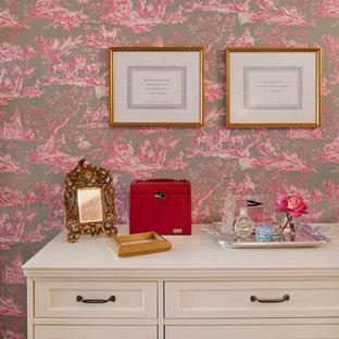 Diseño de dormitorio principal, tradicional renovado, pequeño, sin chimenea, con paredes rosas y suelo de madera clara