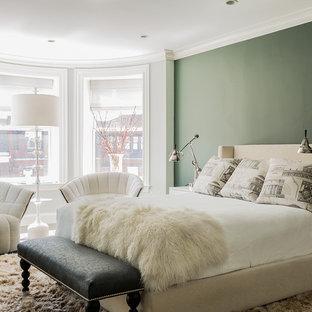 ボストンの中サイズのトランジショナルスタイルのおしゃれな主寝室 (緑の壁、濃色無垢フローリング、暖炉なし、茶色い床) のインテリア