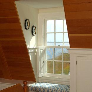 ボストンの広いトラディショナルスタイルのおしゃれなロフト寝室 (ベージュの壁、無垢フローリング、標準型暖炉、レンガの暖炉まわり、茶色い床) のレイアウト