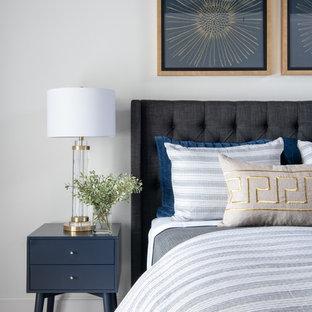 На фото: большая гостевая спальня в стиле модернизм с белыми стенами, ковровым покрытием и серым полом