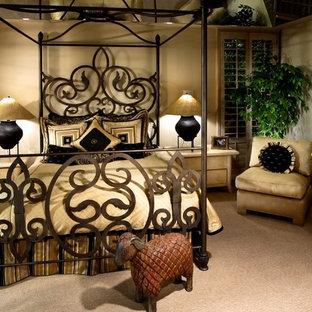 Cette image montre une grande chambre bohème avec un mur beige, aucune cheminée et un sol beige.