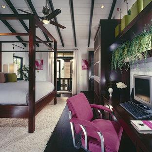 Diseño de dormitorio tropical con paredes blancas