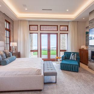Идея дизайна: хозяйская спальня в средиземноморском стиле с серыми стенами и горизонтальным камином