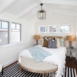 На фото: спальня в классическом стиле с белыми стенами и темным паркетным полом с