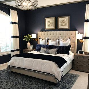 Diseño de dormitorio principal, contemporáneo, grande, con paredes azules, moqueta, chimenea tradicional, marco de chimenea de piedra y suelo gris