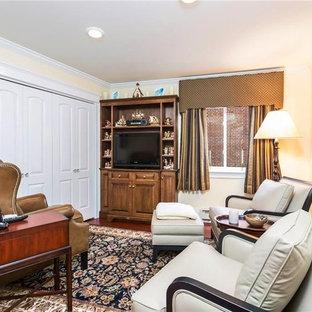 Modelo de habitación de invitados clásica, de tamaño medio, sin chimenea, con paredes amarillas, suelo de madera en tonos medios y suelo rojo