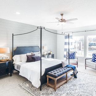 Exemple d'une très grand chambre chic avec un mur gris et un sol beige.