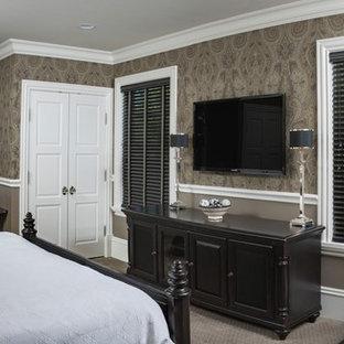 Imagen de habitación de invitados clásica, de tamaño medio, sin chimenea, con paredes marrones, moqueta y suelo beige