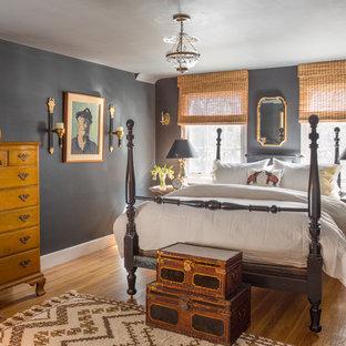Imagen de habitación de invitados costera con paredes grises y suelo de madera en tonos medios